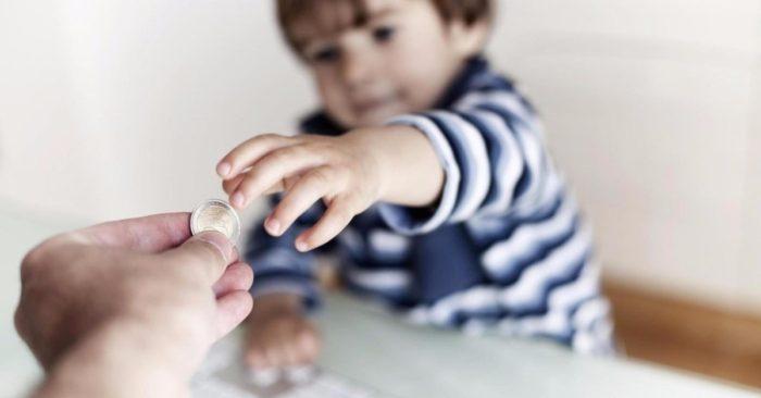 передача денег ребенку в руки