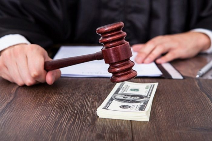 судейский молоток и пачка денег