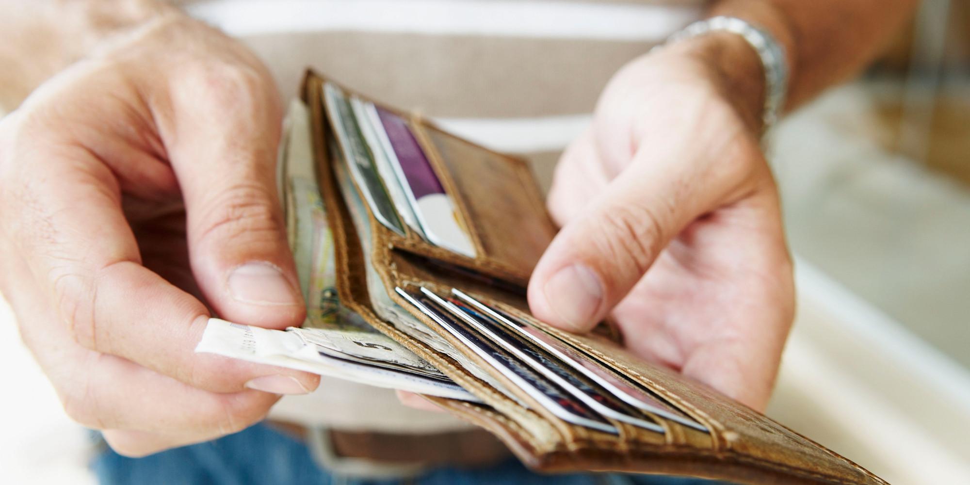 деньги кредитки в кошельке
