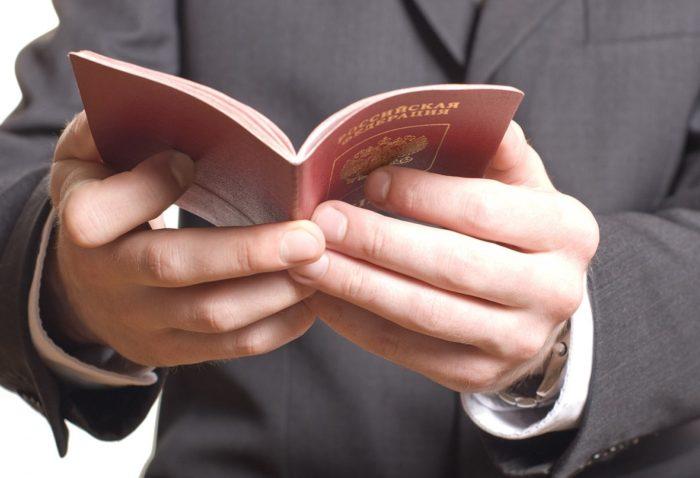 открытый паспорт в руках гражданина