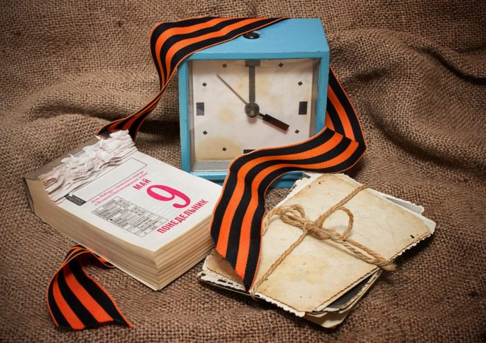 календарь в виде блокнота, часы, открытки и георгиевская ленточка