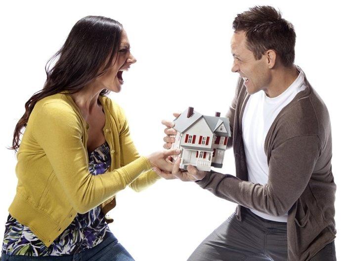 женщина и мужчина делят декоративный домик