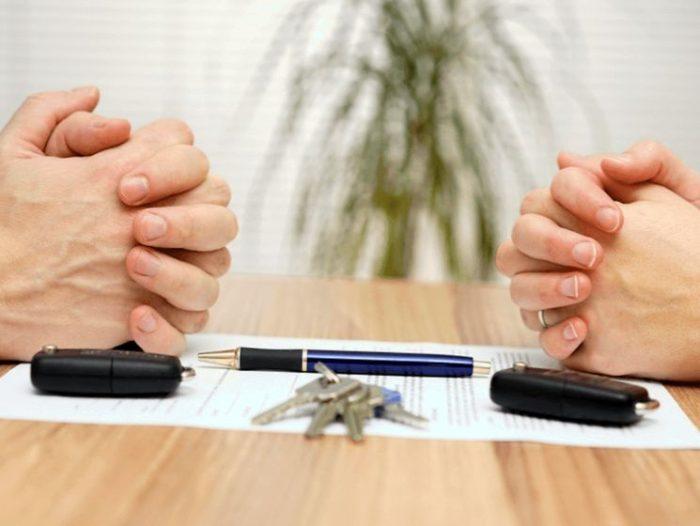 документы, ручка, ключи и руки на столе