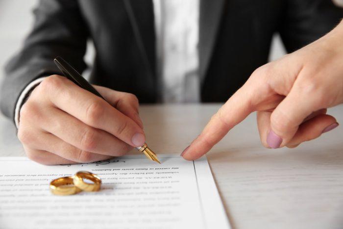обручальные кольца и подпись на брачном контракте