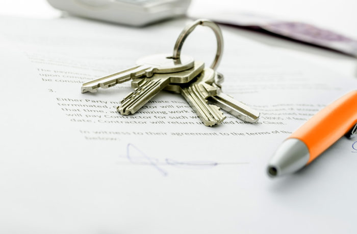 связка ключей и ручка на документах на столе