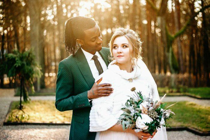 светлокожая невеста и темнокожий жених на улице