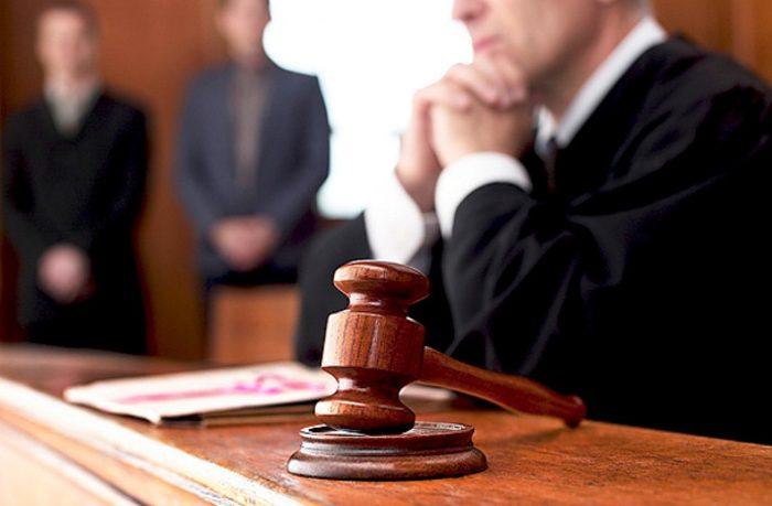 судейский молоток и судья за столом