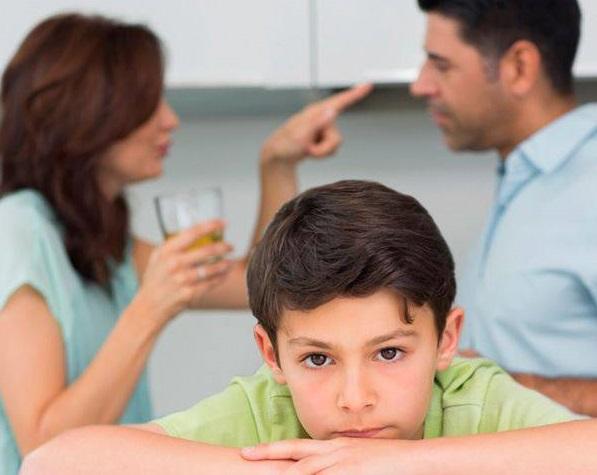 мальчик и ссора родителей на фоне