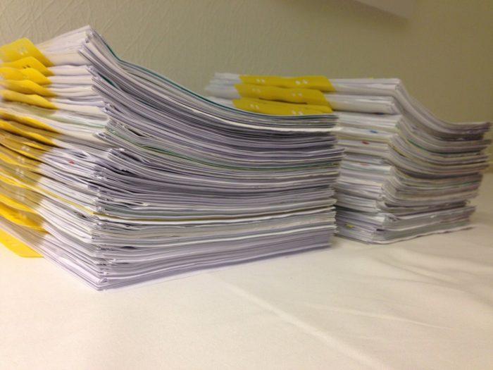 две стопки документов на застеленном столе