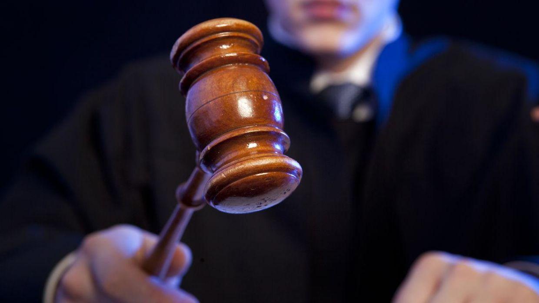 судейский молоток в руках судьи