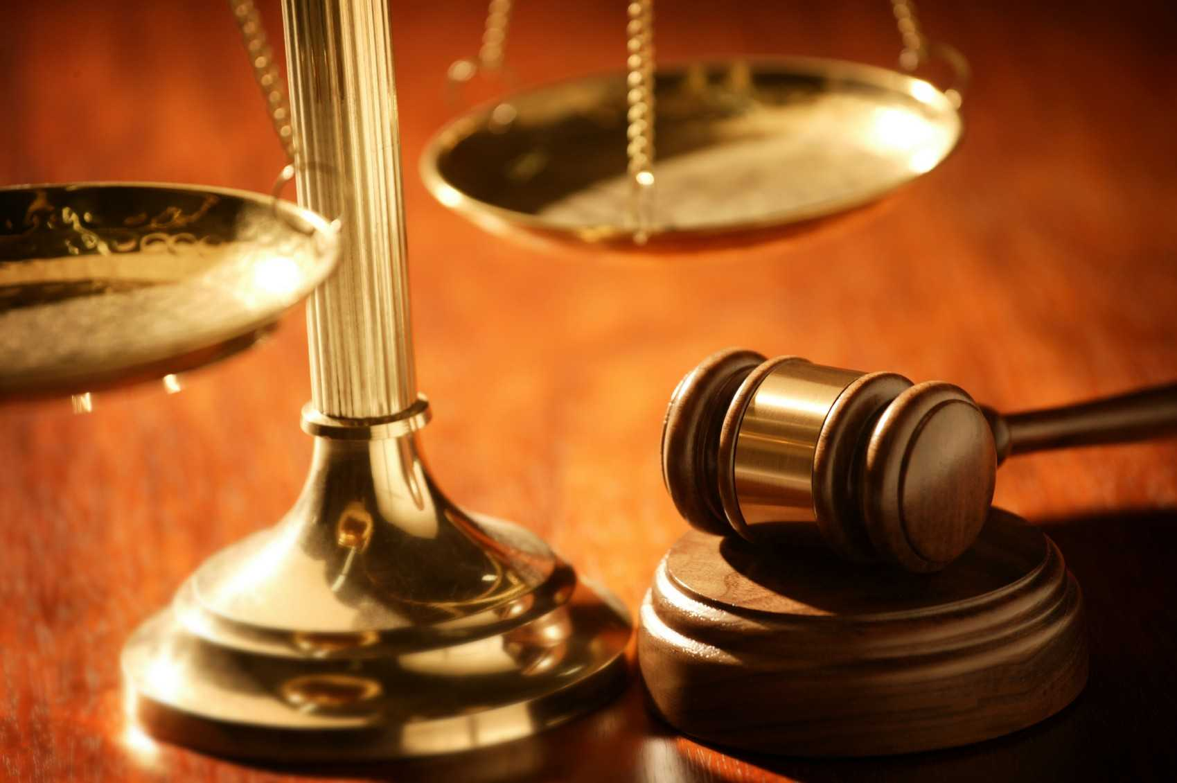 судейский молоток и весы на столе