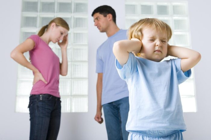 мальчик закрывает уши руками, ссора родителей на фоне