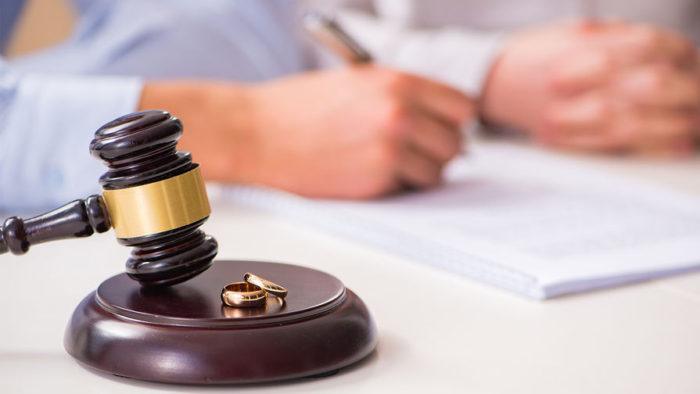 судейский молоток, заполнение документов на фоне