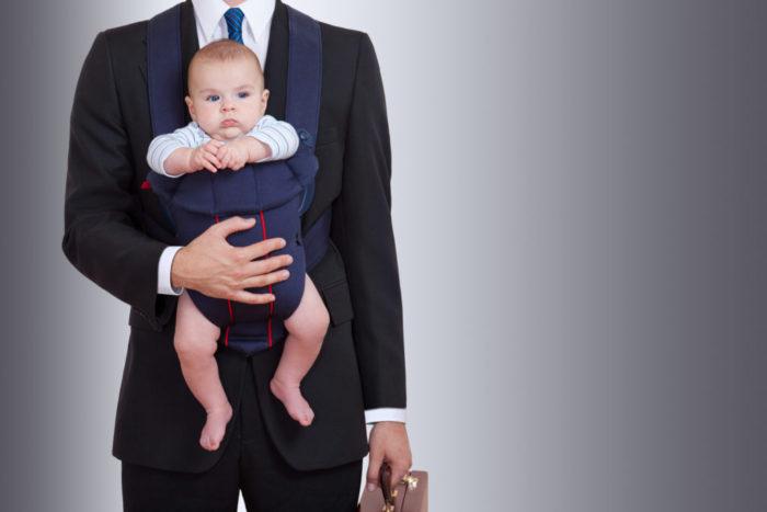 мужчина с ребенком в рюкзачке для переноски детей