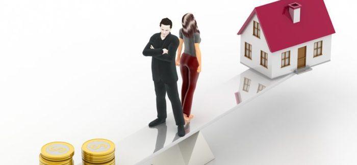 нарисованные парень и девушка, дома и железные деньги