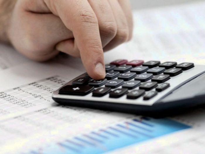 калькулятор и документы на столе