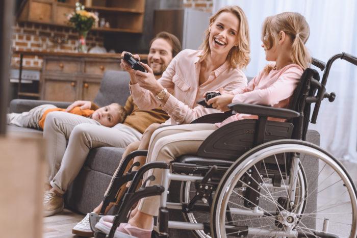 девочка на инвалидной коляске и ее опекуны