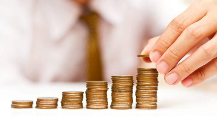 стопки железных денег на столе