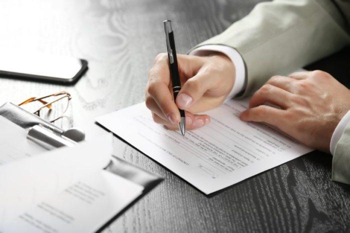 документы и очки на столе