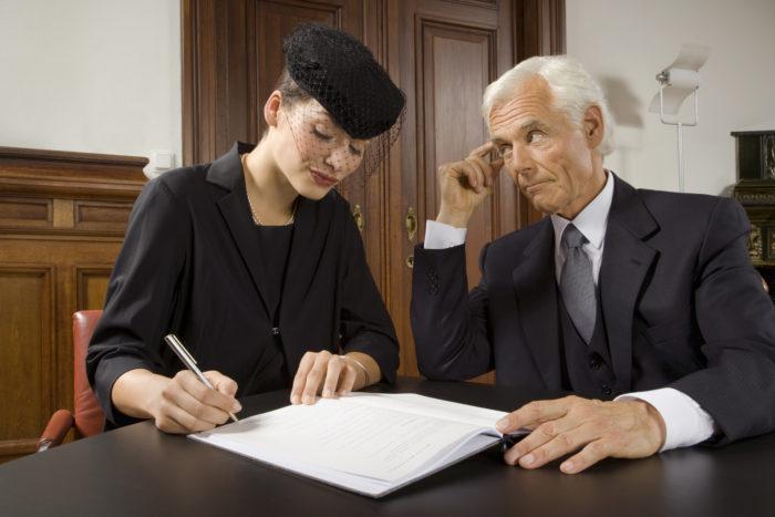 молодая девушка и пожилой мужчина составляют завещание