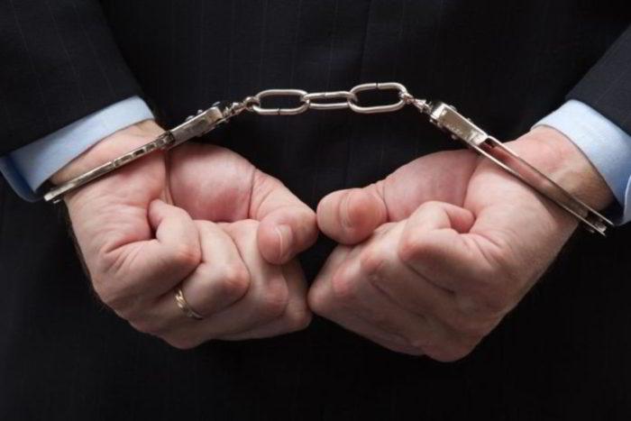 руки в железных наручниках