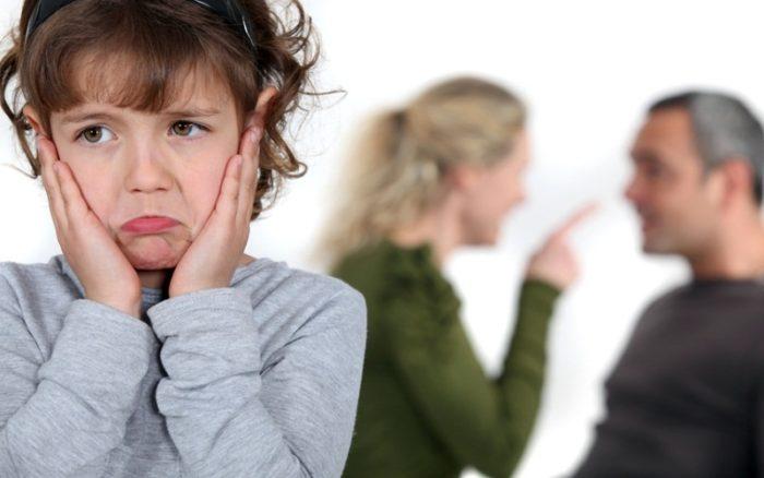 маленькая девочка и ссора родителей на фоне