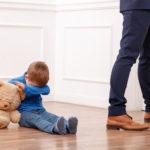 маленький мальчик с мягкой игрушкой на полу