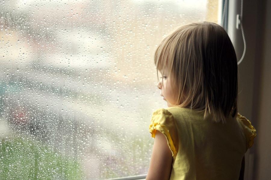 маленькая девочка возле окна