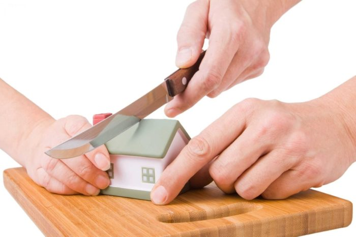 декоративный домик разрезается ножом на разделочной доске