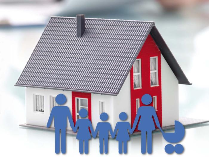 декоративный домик и нарисованная многодетная семья