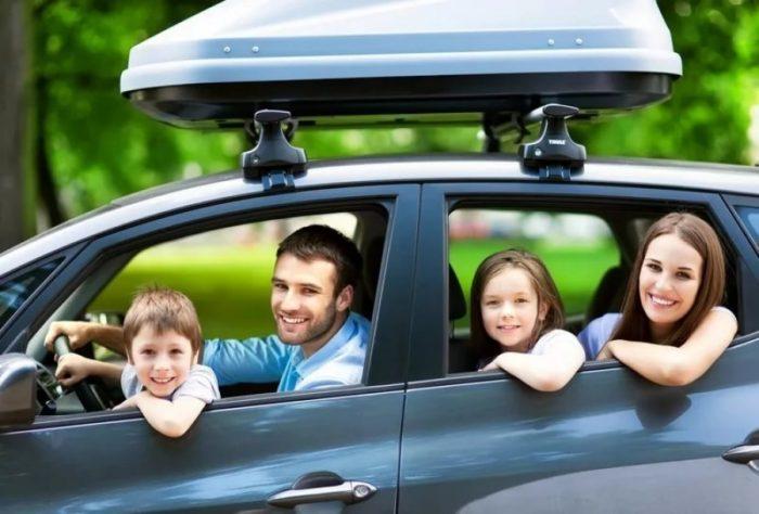 семья с двумя детьми в автомобиле