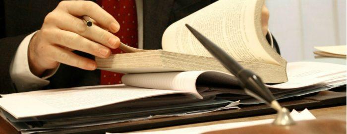 перелистывание книжных страниц, стопка папок с документами на столе