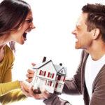 мужчина и женщина сорятся и держат в руках декоративный домик