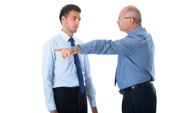 разговор двух мужчин и один из них указывает пальцем в сторону