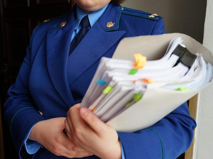 женщина прокурор с папкой документов в руках