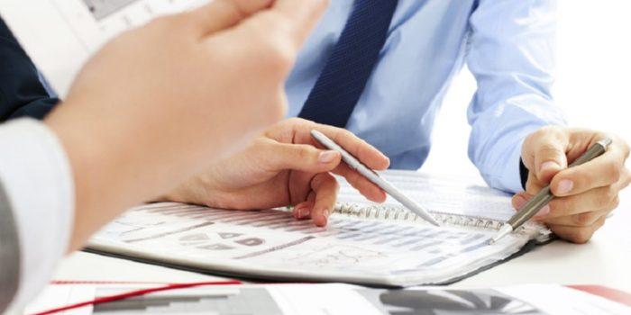 дркументы в файлах в папке и ручки в руках людей