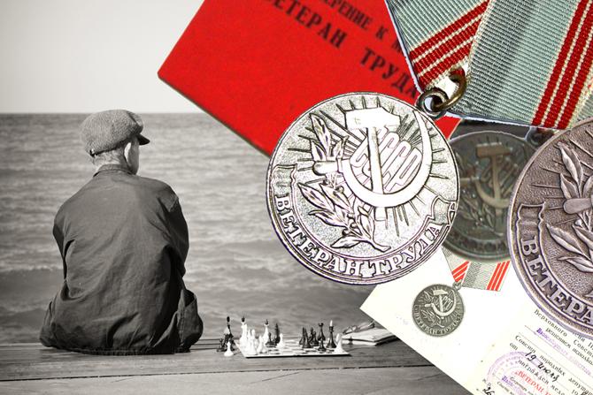 удостоверение и медали ветарана труда, мужчина и шахматы на фоне