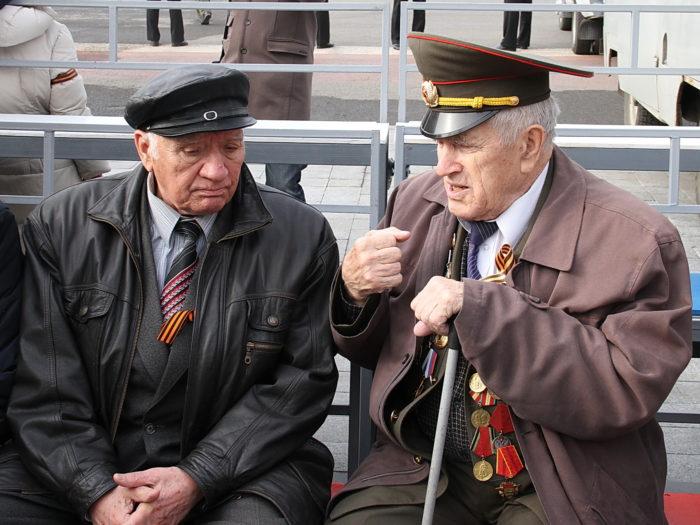два мужчины ветерана труда