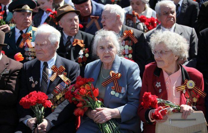 ветераны труда с цветами и георгиевскими ленточками