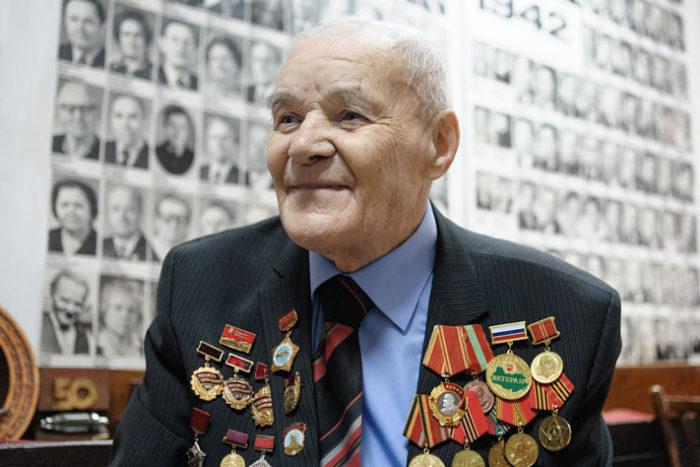 пожилой мужчина в пиджаке с разными медалями