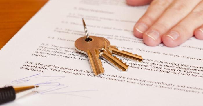 связка ключей на документе