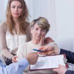 пожилые люди составляют завещание с юристом в присутствии молодой девушки