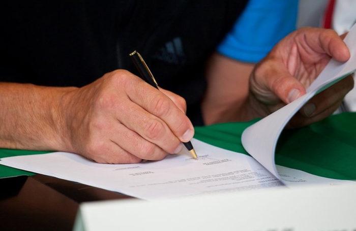 подпись документов черной ручкой с золотыми вставками
