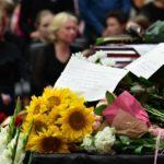 букеты цветов и люди в черном на фоне