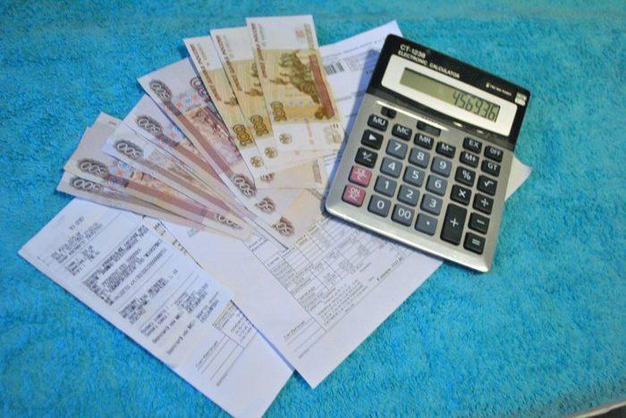 деньги, калькулятор и документы