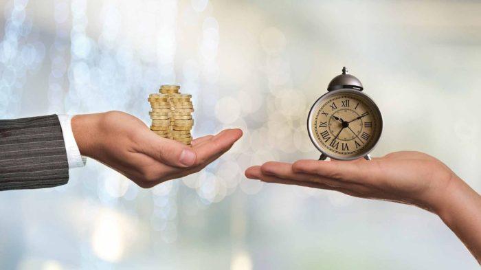 часы и деньги в руках