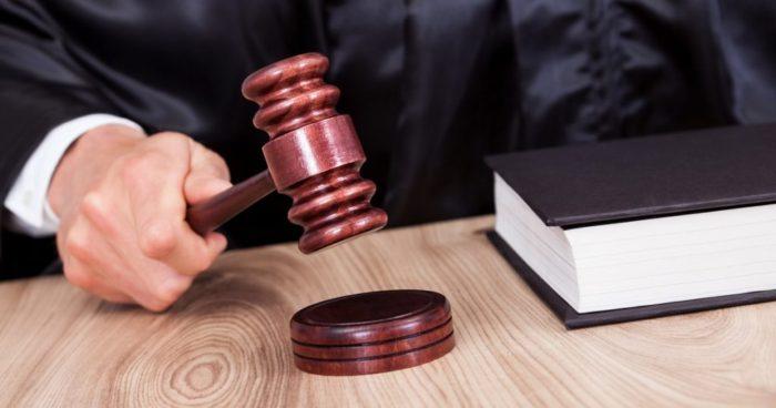 судейский молоток и черная книга на столе
