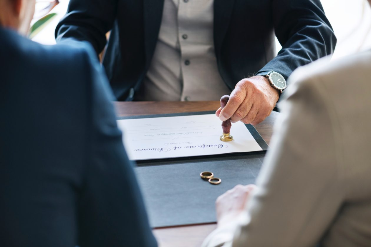 адвокат утверждает решение о разводе