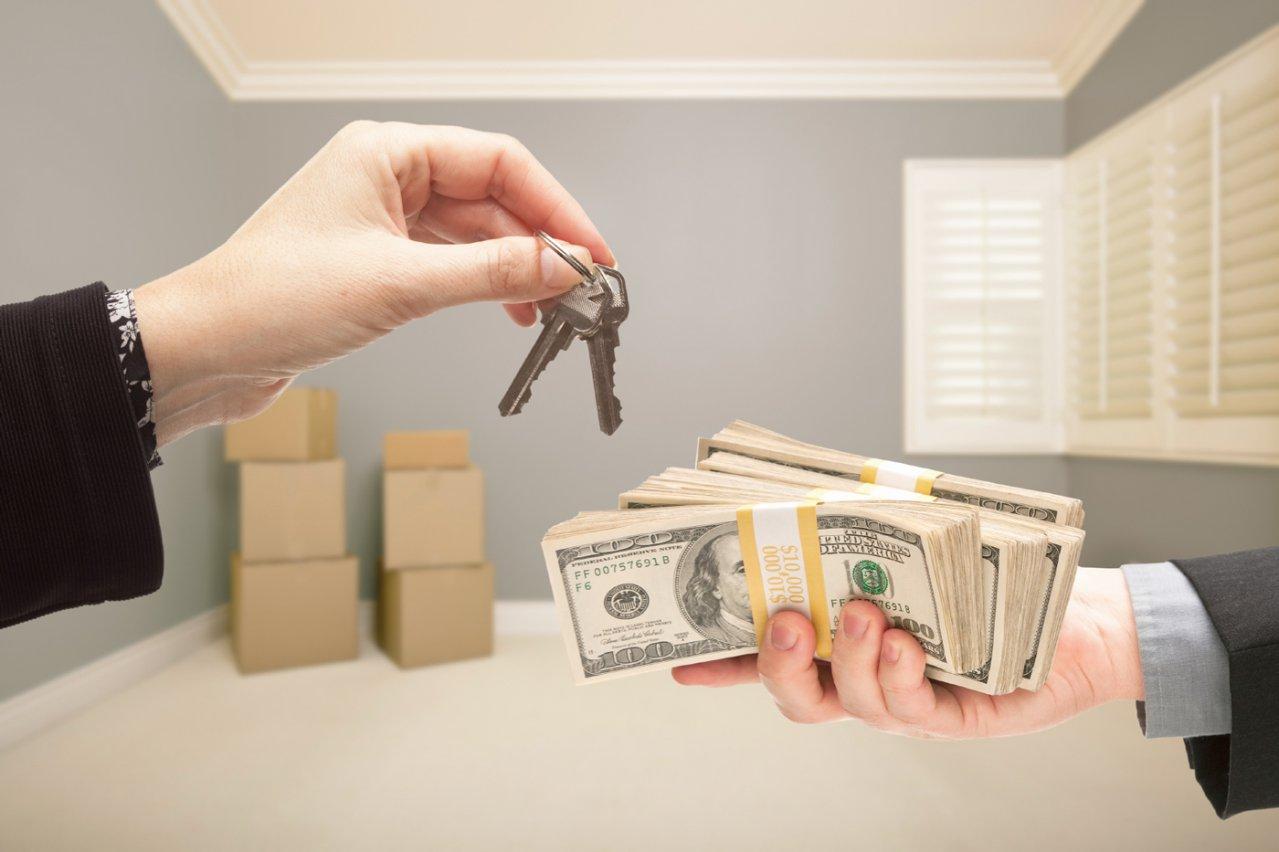 ключи от квартиры в обмен на деньги
