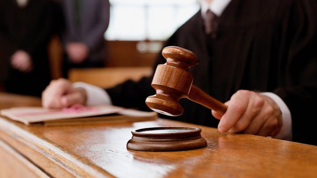 судейский молоток в руке судьи